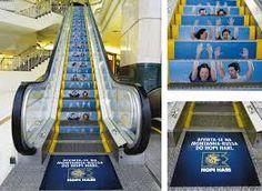 SA: publicidad de un parque de atracciones en las escaleras de un centro comercial