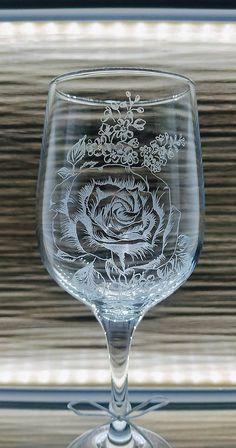 Ručne gravírovaná čaša s motívom ruže. Rada vám dogravírujem venovanie,meno, číslo podľa želania... Glass Engraving, Wine Glass, Tableware, Handmade, Dinnerware, Hand Made, Tablewares, Dishes, Place Settings