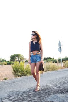 Vintage_Shorts-Cropped_Top-Lace_Up_Sandals-Outfit-Street_Style-12