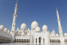 The Sheikh Zayed Grand Mosque is a must visit place in Abu Dhabi. Here are 9 tips to make the most of your visit to Sheikh Zayed Grand Mosque! Mosque Architecture, Ancient Greek Architecture, Chinese Architecture, Futuristic Architecture, Gothic Architecture, Cool Countries, Countries Of The World, Ferrari World Abu Dhabi, Abu Dhabi Grand Prix