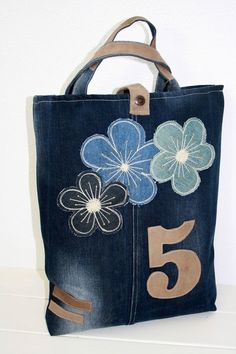 evde dikilebilecek kot canta modelleri The particular quilt – which also carries a mini Denim Handbags, Denim Tote Bags, Patchwork Bags, Quilted Bag, Diy Purse, Tote Purse, Mochila Jeans, Recycle Jeans, Recycled Denim