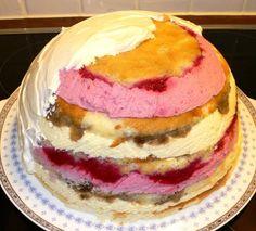 Näin teet säväyttävän jalkapallokakun synttäreille. Jutussa yksityiskohtaiset ohjeet kakun tekemiseen. Teet, Cake, Desserts, Food, Tailgate Desserts, Deserts, Kuchen, Essen, Postres
