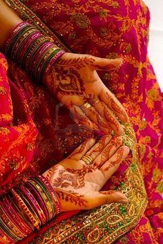 インドの結婚式の花嫁になっヘナ適用 ストックフォト