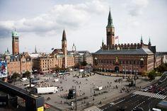 Segundo país mais pacífico do mundo: Dinamarca. Na foto acima, se vê a bela Rådhuspladsen, praça da prefeitura (prédio à dir.) onde são realizados diversos eventos culturais na capital dinamarquesa, Copenhague