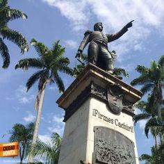 Qué tanto conoces Bucaramanga y su área metropolitana ? Dinos en qué lugar se encuentra esta estatua. Gracias @ por la foto #conoceBucaramanga