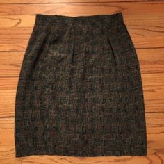 VinTAGE SILK Green pencil print SKIRT 6 SAKS 5th VinTAGE SILK Green geometric pencil print SKIRT sz 6 from SAKS 5th Ave. lined. With slit pockets! Excellent condition. Saks Skirts Pencil