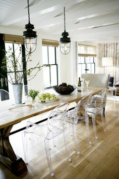 Small vault with triangle beams Dining Room Chairs, Dining Area, Dining Table, Kitchen Diner Designs, Design Transparent, Clear Chairs, Cuisines Design, Rustic Table, Kitchen Furniture