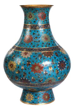 Höhe: 59 cm. China, 17. Jahrhundert. Im Stil eines archaischen Bronze Hu gestaltetes Gefäß mit konischem Fuß und rundlichem Korpus. Allseits dekoriert mit...
