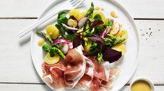 Myke skiver av potet, salt spekeskinke og vakker, grønn salat og asparges. En deilig, lett salat.