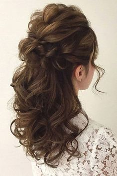 Wedding Hairstyles Half Up Half Down Soft Wedding Hair Half Up And Waves - Pinned onto Wedding HairstylesBoard in Hairstyles Category Down Curly Hairstyles, Up Hairdos, Wedding Hairstyles Half Up Half Down, Best Wedding Hairstyles, Prom Hairstyles, Curly Hair Half Up Half Down, Gorgeous Hairstyles, Half Updo, Trendy Hairstyles