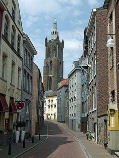Roermond (Nederland) - De Luifelstraat, op de achtergrond de klokkentoren van de Sint Christoffelkathedraal. | by Pierino Smaniotto