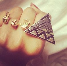 beautiful rings in beautiful hands Jewelry Box, Jewelery, Jewelry Accessories, Hipster Accessories, Jewelry Rings, Fashion Accessories, Coco Channel, Grunge, Triangle Ring