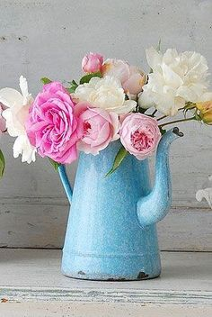 Decorative Country Living - Vintage - Enamelware with peonies Deco Floral, Arte Floral, Floral Design, Fresh Flowers, Pink Flowers, Beautiful Flowers, Pink Peonies, Pink Roses, Vintage Flowers