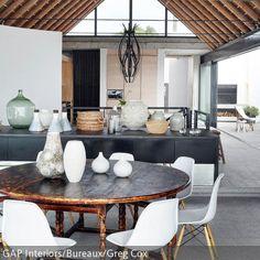 """Dieses Esszimmer unter Dachbalken wirkt gemütlich und rustikal zugleich. Der runde Esstisch im Shabby-Chic bildet einen interessanten Kontrast zu den """"Eames  …"""