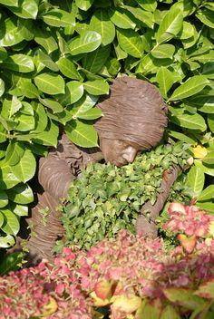 Deze dame ligt lekker te slapen tussen het groen