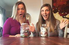 Katelin e Tara e os seus frascos com o lixo de 5 meses