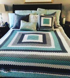 Transcendent Crochet a Solid Granny Square Ideas. Inconceivable Crochet a Solid Granny Square Ideas. Crochet Afghans, Crochet Bedspread, Crochet Quilt, Crochet Squares, Crochet Home, Crochet Granny, Crochet Blanket Patterns, Diy Crochet, Crochet Crafts