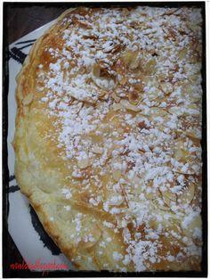 2 placas de hojaldre refrigerado o congelado Un huevo Un buen puñado de almendra cruda fileteada Y para la crema pastelera: 3 yemas de huevo 1 huevo 120 gramos de azúcar 60 gramos de maizena Medio litro de leche