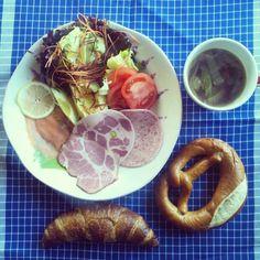 おはようございます。昨日、厚木ハムで買ったハムでドイツのホテル風朝ごはん♪角型のクロワッサン、プレッツェルも買えて嬉しい~。 - @gumby0467- #webstagram