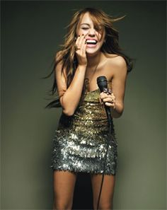 Miley Cyrus and Versace Spring 2009 Strapless Metallic Minidress - Miley Cyrus wears a Versace Spring 2009 strapless mini dress. Hannah Montana, Miley Cyrus Photoshoot, Pretty People, Beautiful People, You're Beautiful, Still Love Her, Irish Girls, Woman Crush, Swagg