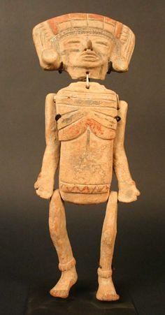 4/ TEOTIHUACAN - Figurine articulée. Tête exécutée au moule, mais pas le torse et les membres qui sont indépendants du troncs, reliés par un lien: pour les habiller et leur donner différentes postures. Crâne (partiellement) rasé, déformation crânienne.