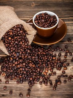 Roasted coffee beans Photos Roasted coffee beans in hessian sack and cup on wooden background by Grafvision photography Mocha Coffee, Coffee Latte, I Love Coffee, Coffee Break, Coffee Time, Starbucks Coffee, Barista, Coffee Shop Aesthetic, Pumpkin Spice Coffee
