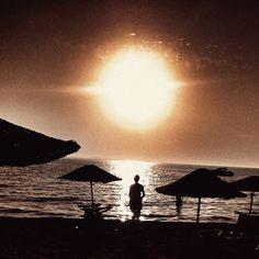 Ey gönül şimdi sorarim sana!  Hangi aşk daha büyüktür anlatılıp dile düşenmi ? anlatilmayıp yürek deşenmi..!?   #şems#sunset##romantic#beach#igsunset#loveit#igsunset#sun# by sibelozg