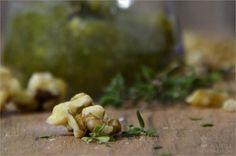 """Wer es einmal selber gemacht hat, will nie wieder welches aus dem Glas! Pesto. So vielfältig wie lecker und dazu noch in gerade mal 10 Minuten fertig. Der Fantasie sind sowohl bei der Kreation als auch beim Verzehr keine Grenzen gesetzt. Denn den Klassiker """"Basilikumpesto"""" kann man mit allem """"aufpeppen"""", was das Herz begehrt. Wie wäre es z.B. mit einem Paprika- oder Oliven-Pesto? Auf Pasta, in Suppen (s. Olivenpesto), zum Gemüse oder einfach auf geröstetem Brot? Heute zeigen wir euch eine…"""