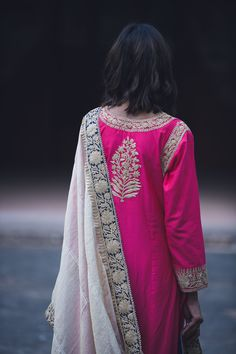 Stylish Dress Designs, Designs For Dresses, Stylish Dresses, Sari Blouse Designs, Salwar Designs, Embroidery On Clothes, Embroidery Fashion, Indian Designer Outfits, Indian Outfits
