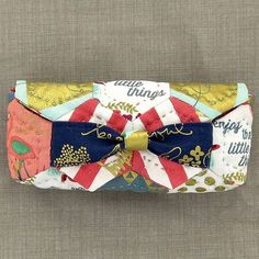 Check out our September #pom2017 'Kleenex Pouch' #sewingkit, made exclusively with fabrics from the new @rileyblakedesigns collection #quiteronthego  https://shop.cotton-color.com/en/projekt-des-monats-2017/?utm_content=bufferdeeb3&utm_medium=social&utm_source=bufferapp.com&utm_campaign=buffer  #cottonandcolor #patchwork #patchworkquilt #quilt #patchworklovers #hand