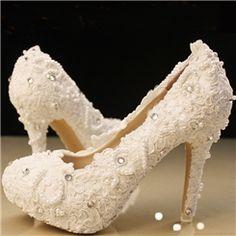 エレガントな白いレースビーズの結婚式の靴