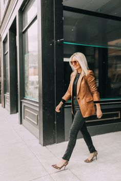 How To Wear This 'Unusual' Color Combination – 2019 - Scarves Diy Black Cashmere Sweater, Cashmere Sweaters, Busbee Style, Leopard Print Scarf, Distressed Black Jeans, Brown Outfit, Blazer Outfits, Skirt Outfits, Wrap Coat