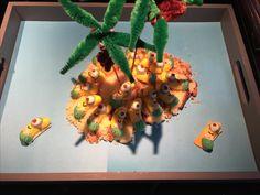 """Minion traktatie: minions op een eiland van cake Daarnaast kreeg ieder kindje een zakje met banaantjes met label: """"Bananas!"""" (minionplaatje) #zelfgemaakt #treat #minions #bananas"""