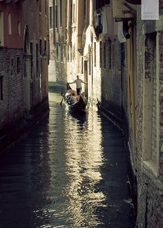 Ride a gondola in Venice Gondola Venice, Venice Italy, Beautiful World, Beautiful Places, My Adventure Book, Dan Brown, Mont Saint Michel, Out Of This World, Travel Bugs