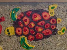 Schildkröte aus Ton. Bunt bemalt und mit Nuggets beklebt. AG Gestalten 1.-4. Klasse.