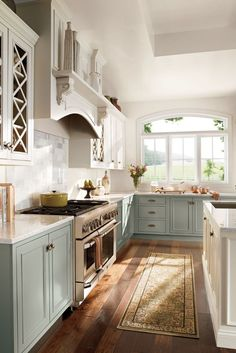 Choosing two tone kitchen cabinets makes it possible to endanger on the kitchen style! Two tone kitchen cabinets-- jazzing up residences. Country Kitchen Designs, French Country Kitchens, Modern Farmhouse Kitchens, Rustic Kitchen, Home Kitchens, Kitchen Modern, Kitchen Decor, Farmhouse Chic, Kitchen White