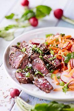Korealainen bulgogi on ihanan seesaminen grilliherkku! Happamanmakeat pikapikkelöidyt kasvikset kruunaavat kesäisen annoksen. Nyt grilli kuumaksi!