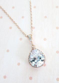 Lágrima de rosas oro plateado luxe Circonita (13x18mm) viene en una cadena llena de oro rosa. La lágrima de Circonita luxe no sólo con una piedra de la cz de lágrima grande en el centro, pero rodeado por toneladas de Circonita Redonda pequeña. En serio, cuánto más brillo podemos pedimos.  ✦ Collar: rosa de oro cadena de llenado y resultados ✦ Longitud: seleccione de la opción.  ✦ Color tono:- ---Oro rosa = rosa lleno de oro cadena + chapado en oro rosa encanto ---Oro = cadena llena de oro…