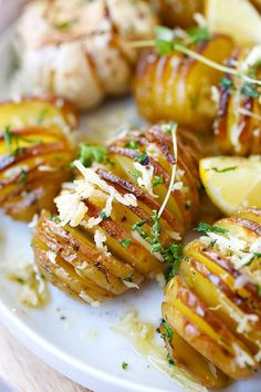 Parmesan Roasted Potatoes – the easiest and BEST roasted potatoes with Parmesa. - Parmesan Roasted Potatoes – the easiest and BEST roasted potatoes with Parmesan cheese, butter and - Potato Dishes, Potato Recipes, Food Dishes, Side Dishes, Chicken Recipes, Parmesan Bratkartoffeln, Parmesan Roasted Potatoes, Garlic Parmesan, Vegan Parmesan