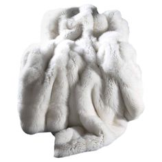 Natural white fox blanket for decoration on the bed. White Throw Blanket, Fur Blanket, Fur Throw, White Bedding, White Bedroom, Fur Comforter, Fluffy Blankets, Comfy Blankets, Throw Blankets