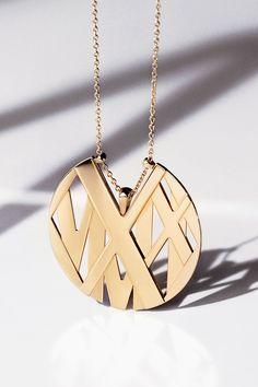 Atlas® round pendant in 18k gold.
