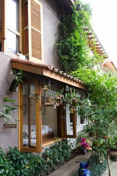 Plants on the facade. Village House Design, Bungalow House Design, Village Houses, Modern House Design, Future House, Thai House, Beautiful Villas, Tropical Houses, My Dream Home