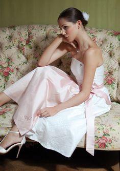 Brautdirndl aus weissem Seidenbrokat mit rosa Schürze