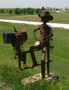 Rusty cowboy and horse mailbox. Maybe it could be a Texas gal dressage rider in a wide brimmed straw hat and tall boots holding a coiled lunge line and whip. Metal Yard Art, Scrap Metal Art, Western Decor, Country Decor, Country Living, Country Mailbox, Unique Mailboxes, Funny Mailboxes, Painted Mailboxes