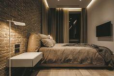오늘은 오랜만에 스타일리쉬한 다크 인테리어를 소개해드릴까 합니다 YO DEZEEN社가 디자인한 우크라이나 키예프에 있는 60m²(약 18평)의 작은 아파트예요 전체적으로 다크 쉐이드와 브릭 월로 꾸며져 남성적인 매력이 물씬 풍기는 이 모던 아파트는 젊은 아티스트를 위해 리모델링 되었어요 통유리 창문이 많아 낮에는 충분한 빛이 들어오고 밤에는 무드 라이트로 스타일리쉬하면서도 아늑한 분위기를 연출할 수 있어요 리빙..