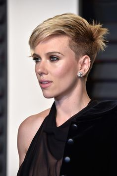 Scarlett Johansson Lookbook: Scarlett Johansson wearing Messy Cut (4 of 11). Scarlett Johansson was rocker-chic at the Vanity Fair Oscar party wearing this messy short 'do.