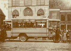 Afbeelding van een autobus van de N.V Utrechtsche Personen en Goederendienst met reizigers te Vianen. (1922)
