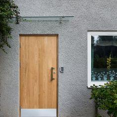 Ek är det mest klassiska träslaget av alla, det överlever alla korta trender. Här ser vi en slät ytterdörr i massiv ek från Ekstrands, stilren och snygg!  #Ekstrands #ytterdörr #ytterdörrar #dörr #dörrar #ek #massivek #trend #trender #inspiration #arkitektur