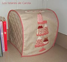 ¡¡Yo también tengo una!!  Siempre veía las fundas de Reyes  y me parecían tan bonitas y tan prácticas...  Hasta que un ... Tissue Box Covers, Tissue Boxes, Sewing Crafts, Sewing Projects, Diy Crafts, Toaster Cover, Fabric Boxes, Patches, Quilts