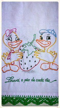 Pano de prato com bordado livre e bico de crochê.  By TakiArtes